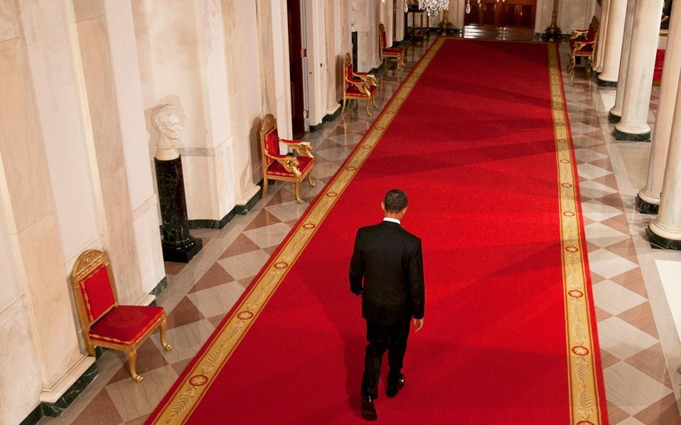 Στο Οβάλ Γραφείο επιστρέφει ο Μπαράκ Ομπάμα, ύστερα από συνέντευξη Τύπου στη Δυτική Πτέρυγα του Λευκού Οίκου, τον Νοέμβριο του 2010.