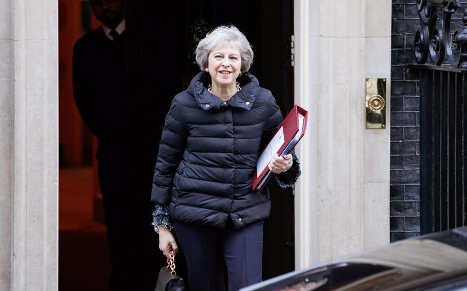 Εξερχόμενη της πρωθυπουργικής κατοικίας η Τερέζα Μέι.