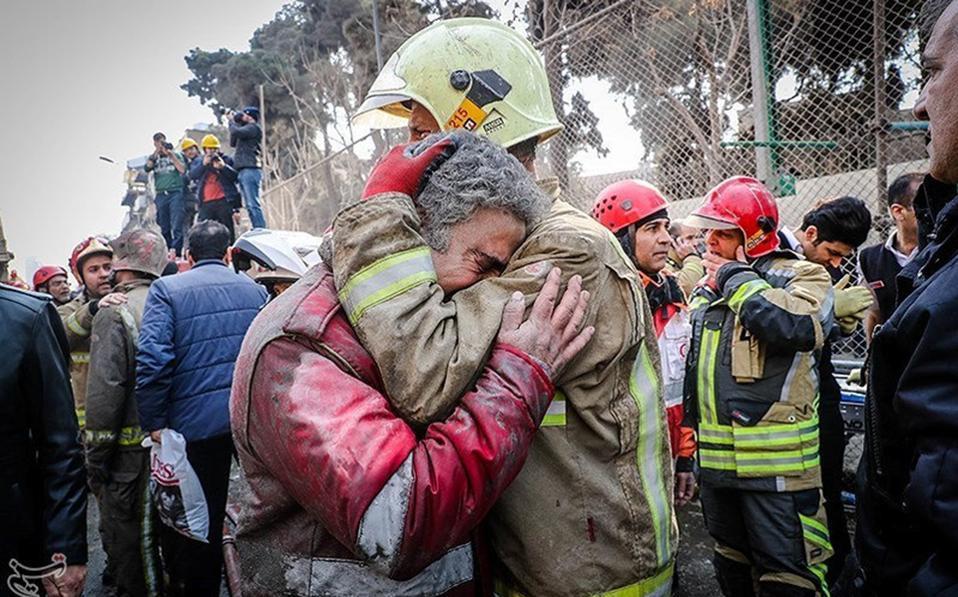 Όταν λύγισε το ατσάλι. Ωρες ολόκληρες πάλευαν οι πυροσβέστες να ελέγξουν την φωτιά που ξέσπασε στον ένατο όροφο του κτιρίου Plasco στην Τεχεράνη. Το τουλάχιστον 50 ετών κτίσμα που εικάζεται ότι είχε πιάσει φωτιά και στο παρελθόν, χρησιμοποιούνταν για γραφεία και καταστήματα και την ώρα της πυρκαγιάς (8 το πρωί) δεν είχε γεμίσει από κόσμο. Για ώρες οι πυροσβέστες έδιναν μάχη να ελέγξουν την φωτιά, χωρίς αποτέλεσμα όμως, μιας και οι 17 όροφοι κατέρρευσαν σαν χάρτινος πύργος, εγκλωβίζοντας αρκετούς πυροσβέστες και λυγίζοντας όσους ήταν έξω από το κτίριο. Tasnim News Agency/Handout via REUTERS