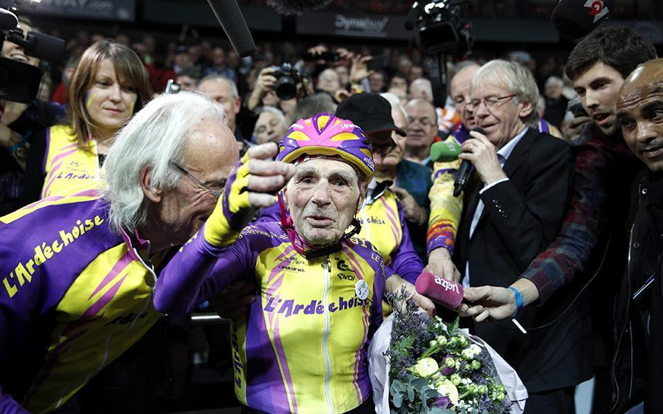 Το λέει η καρδούλα του... Και τα ποδαράκια του, καθώς ο εικονιζόμενος Robert Marchand στα 105 του χρόνια έσπασε το προηγούμενο δικό του παγκόσμιο ρεκόρ στην ποδηλασία. Μάλιστα, στην πίστα του Saint-Quentin En Yvelines της Γαλλίας έκανε σε μια ώρα 29,927 χιλιόμετρα κρατώντας τα σκήπτρα στους Masters+100 χρόνων, κατηγορία που καθιέρωση η Διεθνής Ποδηλατική Ένωση (UCI). EPA/YOAN VALAT