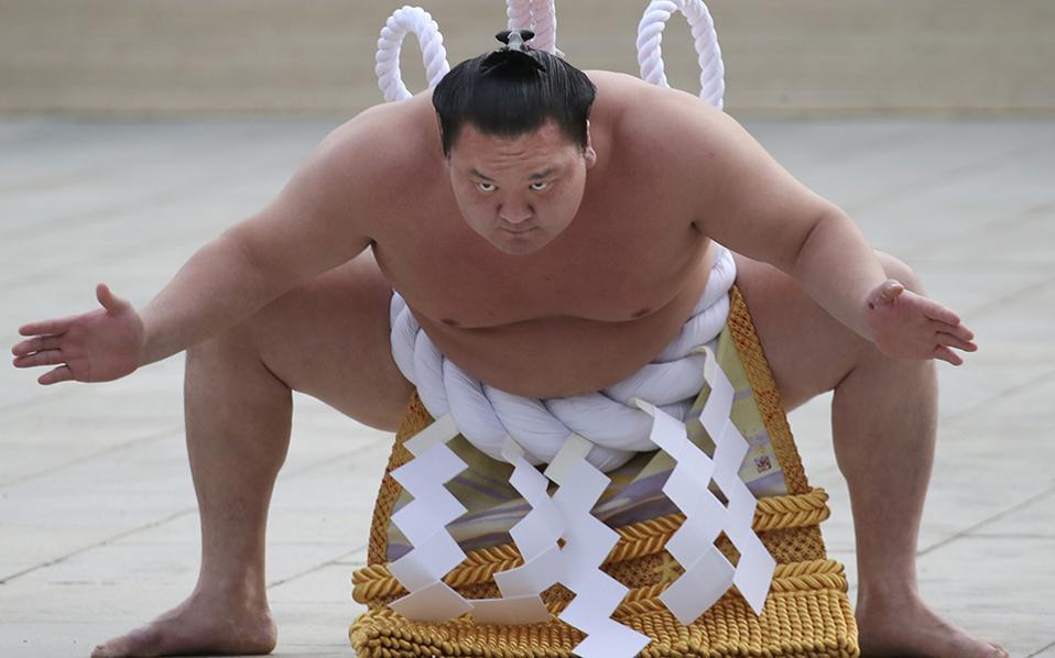 Φοβάσαι; Τις αρχικές κινήσεις εισόδου στον αγωνιστικό χώρο κάνει ο sumo grand champion Hakuho από την Μονγκολία. Ο ναός  Meiji Jingu του Τόκιο γιόρτασε με αγώνες σούμο την νέα χρονιά. AP Photo/Koji Sasahara)