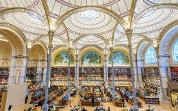 Πάμε για διάβασμα. Χαράς ευαγγέλια για τους μελετητές και τους αναγνώστες της Εθνικής Βιβλιοθήκης της Γαλλίας. Το ανακαινισμένο αναγνωστήριο, γνωστό και ως Labrouste (φόρος τιμής σε έναν από τους σημαντικούς και ταλαντούχους αρχιτέκτονες του 19ου αιώνα, Pierre- Francois- Henri Labrouste που το σχεδίασε) άνοιξε απαστράπτον και πανέμορφο για το κοινό. EPA/CHRISTOPHE PETIT TESSON