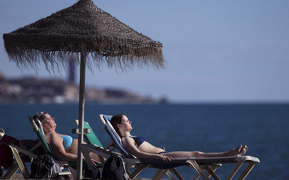 Ποιος χιονιάς; Αν και το μεγαλύτερο μέρος της Ευρώπης μετρά πολικές θερμοκρασίες και έχει καλυφθεί με χιόνι (μηδέ της Ελλάδος εξαιρουμένης), στην Ισπανία ζεσταίνονται. Στην παραλία Malaqueta οι κάτοικοι απολαμβάνουν τον ήλιο και την θάλασσα, αλλά η μετεωρολογική υπηρεσία της χώρας προειδοποιεί ότι το ψυχρό κύμα θα τους επισκεφθεί και αυτούς τις επόμενες ημέρες, με κρύο βροχές και χιόνια. EPA/JORGE ZAPATA