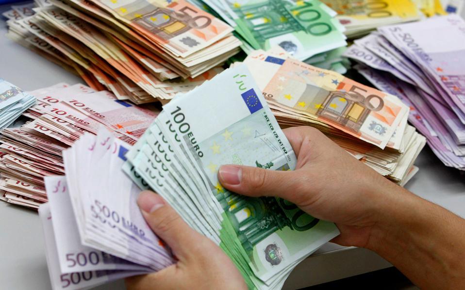 Η προοπτική συνέχισης των μέτρων ποσοτικής χαλάρωσης της ΕΚΤ αποδυνάμωσε το ευρώ στο 1,06 δολ.