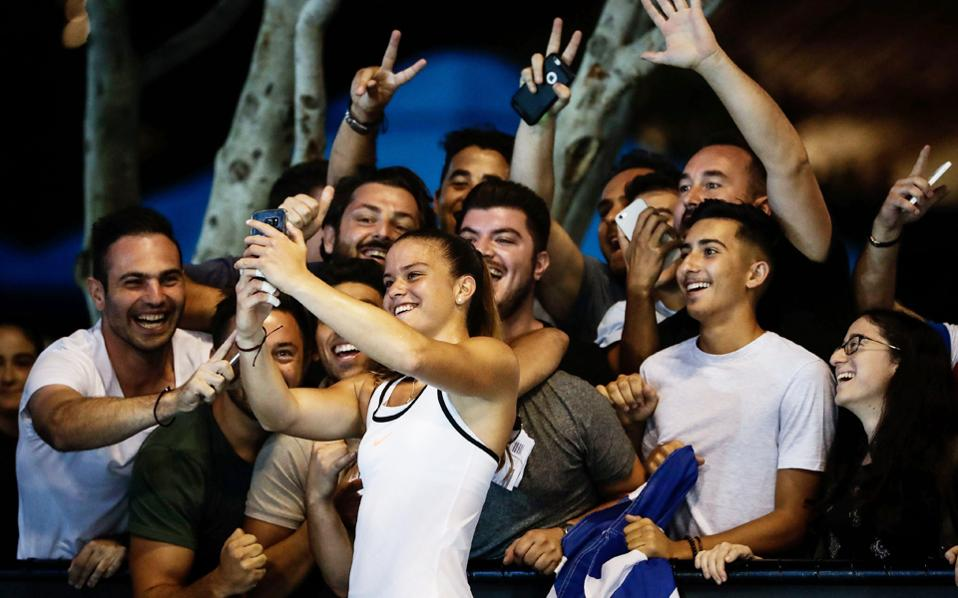 H Ελληνίδα τενίστρια βγάζει «σέλφι» με τους ομογενείς της Μελβούρνης.