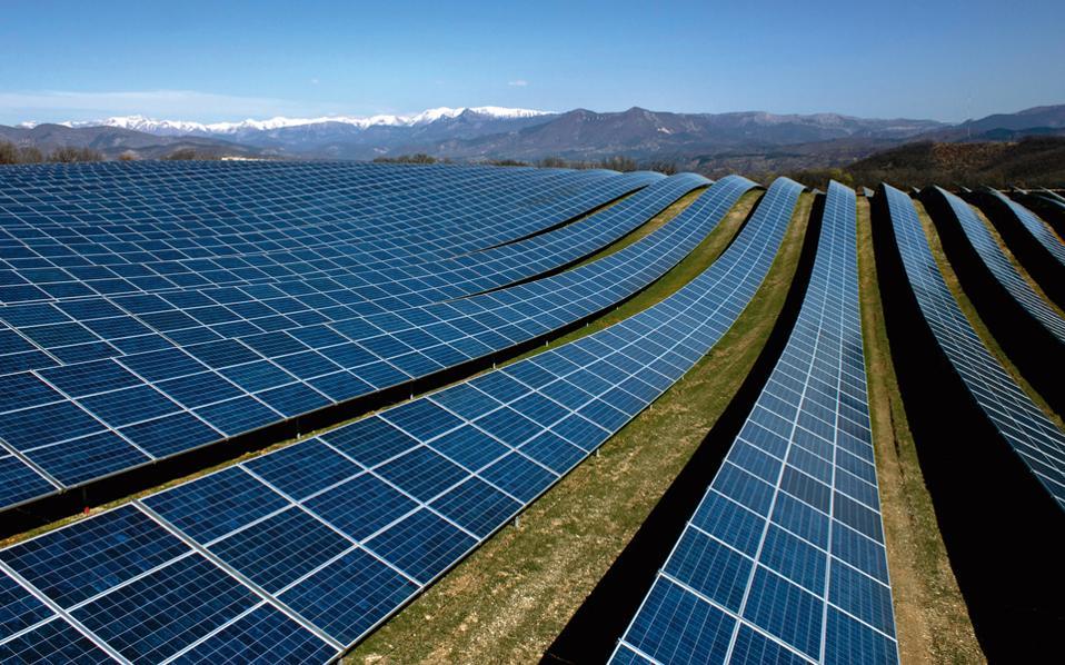 «Η κυβέρνηση θα συνεχίσει την προσπάθεια ενίσχυσης των ΑΠΕ, η συμμετοχή των οποίων στο ενεργειακό μείγμα ξεπερνάει ήδη το 18%, προσεγγίζοντας τον στόχο για το 2020», επεσήμανε ο κ. Σταθάκης.