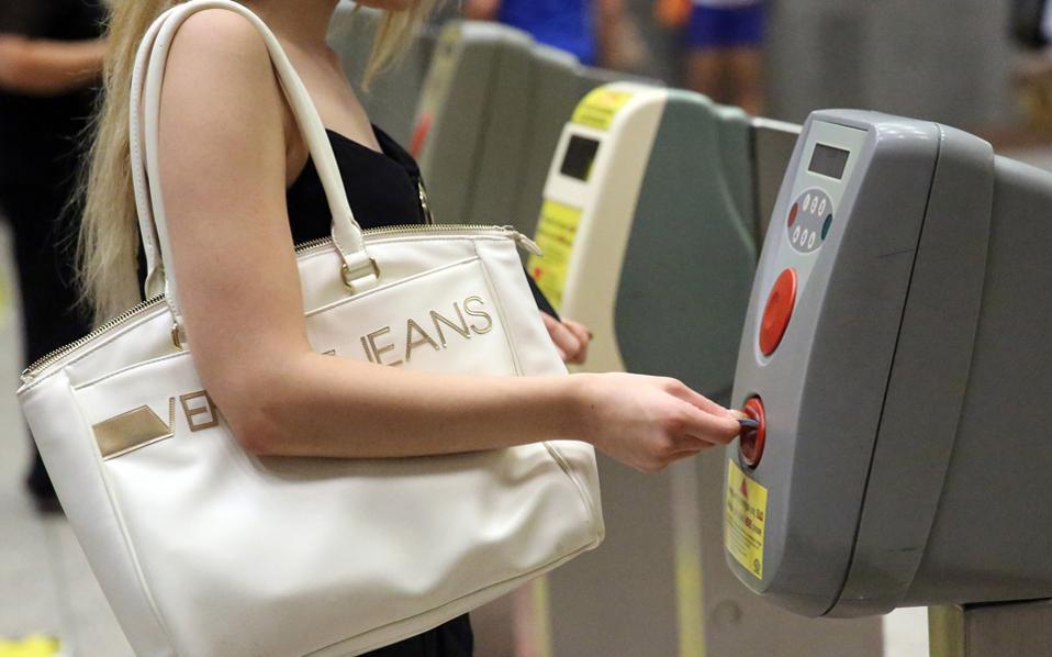 Αγνωστο πότε οι επιβάτες των ΜΜΜ θα απαλλαγούν από το χάρτινο εισιτήριο.