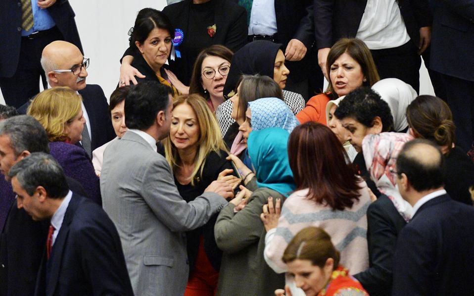 Νέα συμπλοκή στην τουρκική Εθνοσυνέλευση σε λίγες μόλις μέρες, με αφορμή το πακέτο συνταγματικών αλλαγών.