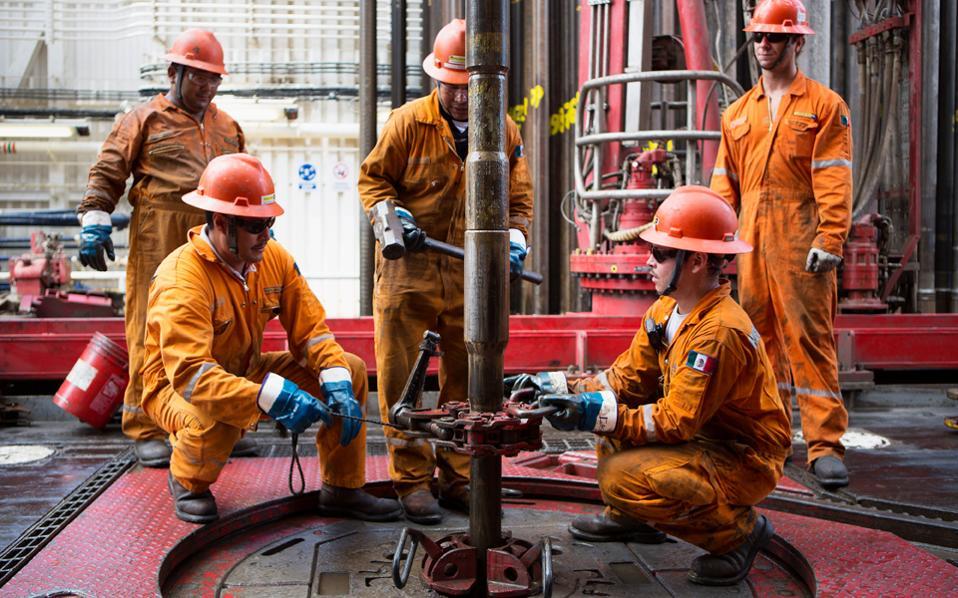 Αν και το Μεξικό δεν περιλαμβάνεται μεταξύ των παραδοσιακών πετρελαιοπαραγωγών χωρών, η πτώση της τιμής του «μαύρου χρυσού» επέφερε σημαντικό πλήγμα στην οικονομία του.