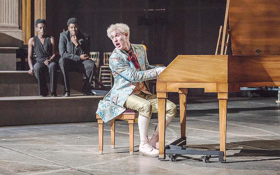 Στο «Amadeus» τον ρόλο του Mότσαρτ ερμηνεύει ο Adam Gillen.