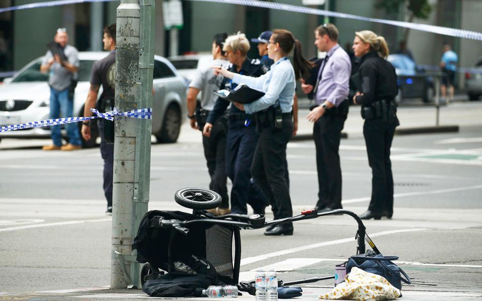 Χάος στο κέντρο της Μελβούρνης όταν αυτοκίνητο έπεσε πάνω στο πλήθος, σκοτώνοντας 4 ανθρώπους και τραυματίζοντας 15.