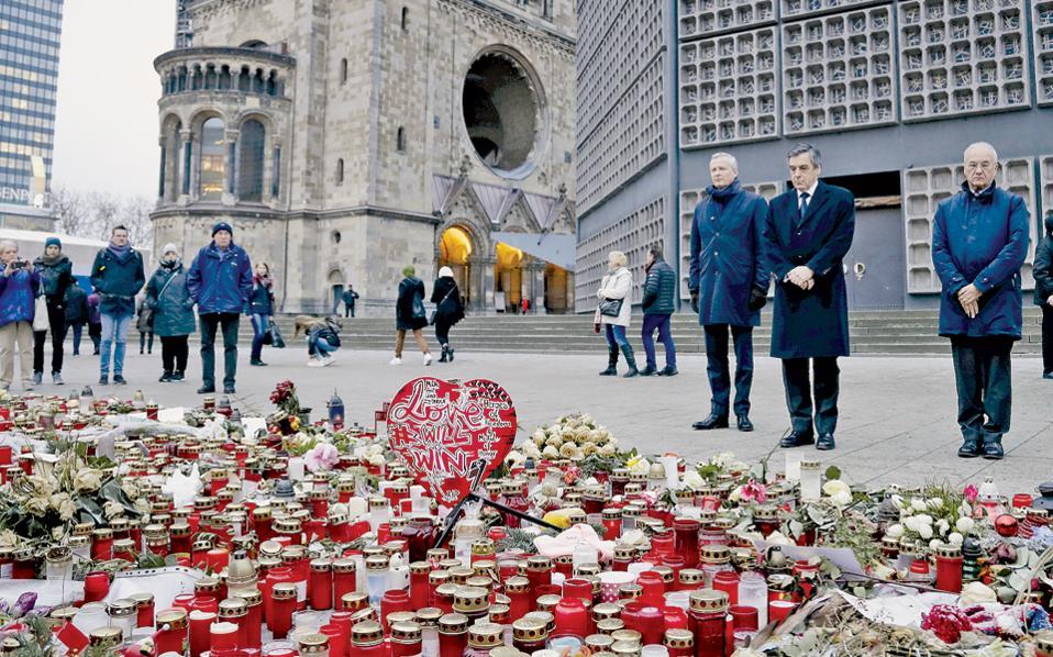 Ο πρώην πρωθυπουργός και υποψήφιος για την προεδρία της Γαλλίας Φρανσουά Φιγιόν επισκέφθηκε την πλατεία του Βερολίνου όπου έγινε η τρομοκρατική επίθεση της 19ης Δεκεμβρίου.