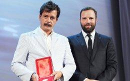 O Ευθύμης Φιλίππου και ο Γιώργος Λάνθιμος (δεξιά), πρωτομάστορες του weird wave of greek cinema, ξαναζούν τον ίλιγγο των Οσκαρ. Εξι χρόνια μετά την υποψηφιότητα του «Κυνόδοντα», στην κατηγορία ξενόγλωσσης ταινίας, είναι ξανά υποψήφιοι, στην κατηγορία του πρωτότυπου σεναρίου αυτή τη φορά, για τον αγγλόφωνο «Αστακό» τους. Δεν είναι οι μοναδικοί Ελληνες που συμμετέχουν στην κούρσα των φετινών βραβείων. Η νεαρή σκηνοθέτις Δάφνη Ματζιαράκη είναι υποψήφια για Οσκαρ ντοκιμαντέρ μικρού μήκους, για το «4.1 Miles». Το «La La Land» δεσπόζει στη γραμμή εκκίνησης με 13 υποψηφιότητες.