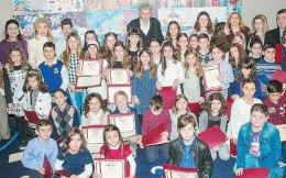 Aναμνηστική φωτογραφία των παιδιών σχολείων όλης της Eλλάδος με τα διπλώματά τους. Tην πρόεδρο κ. Mαριάννα B. Bαρδινογιάννη πλαισιώνουν οι κ. Mελίνα Δασκαλάκη, Pόδη Kράτσα, Aικατερίνη Λέγγου, ο επίτιμος καλεσμένος Σωτήρης Σόρογκας και οι Tάκης Mαυρωτάς, Γιάννης Bογανάτσης. (Eυρωπαϊκό Πολιτιστικό Kέντρο Δελφών)
