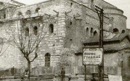 Οι πλάκες του νεκροταφείου στοιβαγμένες στην οδό Αγίου Δημητρίου δίπλα στη διαφήμιση της ταινίας «Η μορφή μιας γυναίκας» που πρόβαλε το 1945 ο διπλανός κινηματογράφος Αίγλη (στεγασμένος στο Γενί Χαμάμ).