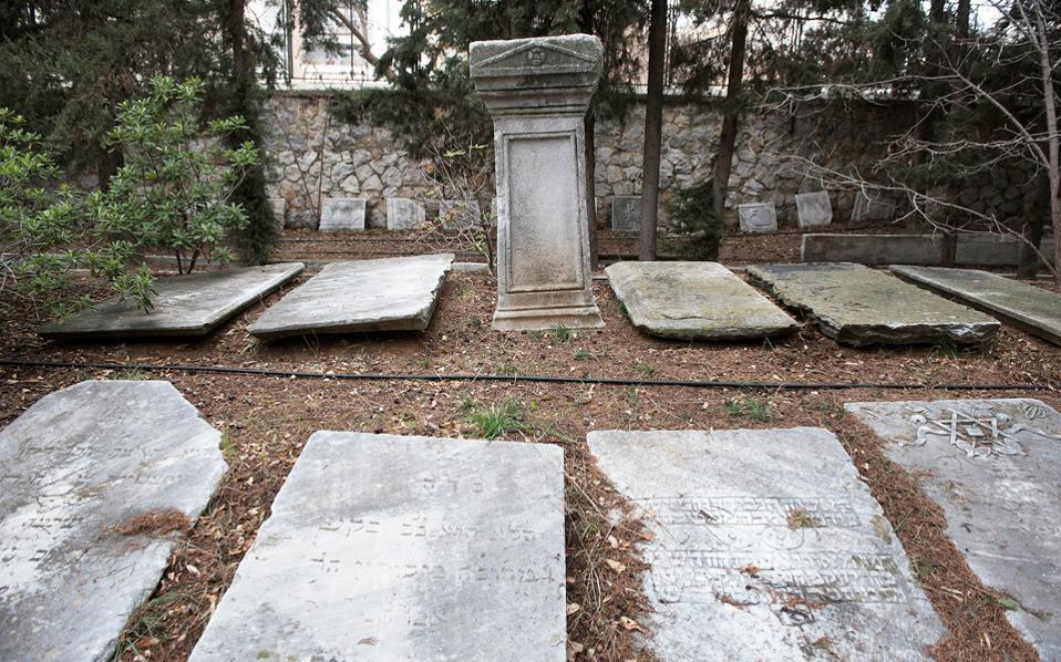 Η Εβραϊκή Κοινότητα Θεσσαλονίκης συγκεντρώνει, εδώ και καιρό, μάρμαρα από το εβραϊκό νεκροταφείο που καταστράφηκε στην Κατοχή.