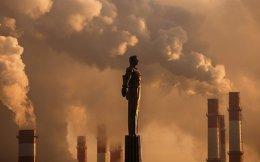 Ο Γκαγκάριν στους αιθέρες. Το υπέροχο σοβιετικό άγαλμα του κοσμοναύτη Yuri Gagarin απαθανατίζει ο φακός με φόντο τις καμινάδες από τα εργοστάσια ενέργειας. Το θερμόμετρο μετά την δύση του ηλίου έδειξε μείον 17 βαθμούς στην Μόσχα.  REUTERS/Maxim Shemetov