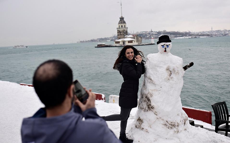 Στο πνεύμα της χώρας. Αν και οι περισσότεροι χιονάνθρωποι είναι χαρούμενοι και παιχνιδιάρικοι, δεν ισχύει και το ίδιο για τον εικονιζόμενο. Μαύρο σοβαρό καπέλο, σμιχτά φρύδια και απορία στο στόμα, μάλλον εικόνα της Τουρκίας του σήμερα. REUTERS/Yagiz Karahan
