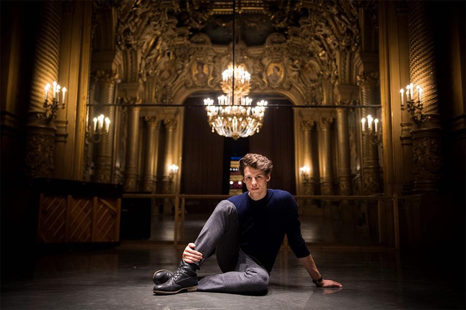 Το νέο αστέρι. Δυνατά πόδια και χαμογελαστό πρόσωπο για την επίσημη φωτογράφηση του νέου πρώτου χορευτή Germain Louvet, για το Ballet de l'Opera de Paris, όπως ανακοίνωσε η  Opera Garnier της πόλης.  AFP / MARTIN BUREAU