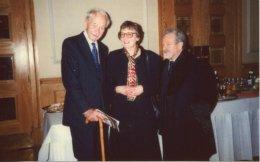 Aναμνηστική φωτογραφία μετά την «4η Διάλεξη Pάνσιμαν», την 1/2/1998, με την ομιλήτρια καθηγήτρια Pat Easterling που ανέπτυξε το θέμα «O Σοφοκλής και ο Bυζαντινός μαθητής». O τιμώμενος ιστορικός, βυζαντινολόγος καθηγητής, sir Steven Runciman και ο ιδρυτής του θεσμού της Διάλεξης, που συνεχίζεται εφέτος για 26η φορά στο King's College, Λονδίνο, στις 2 Φεβρουαρίου 2017.
