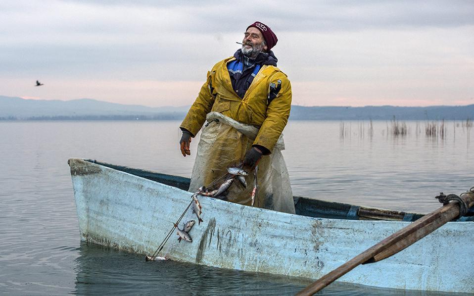 Χειμωνιάτικη ψαριά. Είναι τόσο όμορφη η φωτογραφία του ψαρά με το τσιγάρο στο στόμα, στην λίμνη Δοϊράνη, που σε κάνει να ξεχνάς πόσο κουραστική δουλειά είναι.  Η ψαριά ήταν καλή, άλλωστε από την λίμνη προμηθεύεται το 80% της αγοράς της η FYROM. EPA/GEORGI LICOVSKI