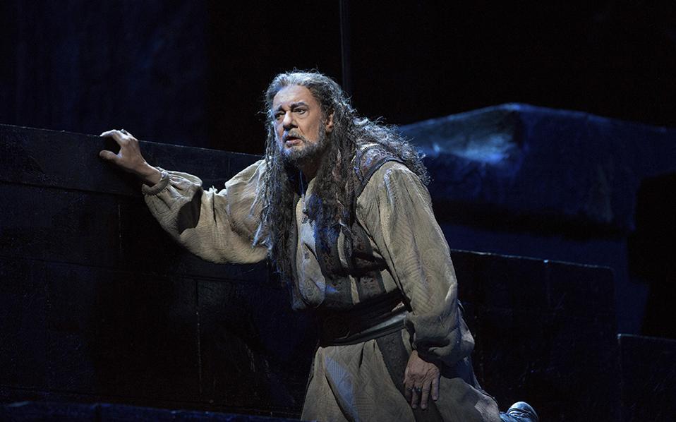 Θριαμβεύοντας. Η υπέροχη φωνή του γνωστή και λατρεμένη, η αρτιότητα του και η σκηνική του ερμηνεία εξαίρετη. Ο Placido Domingo αν και γίνεται 76 χρονών τις επόμενες ημέρες, γνωρίζει τον θρίαμβο με την όπερα Nabucco  στην Metropolitan Opera της Νέας Υόρκης. Η τελευταία παράσταση, στις 7 Ιανουαρίου, θα μεταδοθεί ζωντανά σε όλη την υφήλιο. (Marty Sohl/Metropolitan Opera via AP)