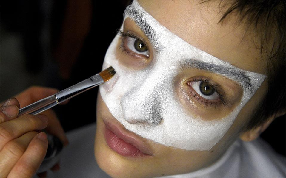 Συνεχίζοντας την ανατροπή. Ένα μοντέλο της Αγγλίδας σχεδιάστριας μόδας Vivienne Westwood ποζάρει για τον φακό στην διάρκεια του μακιγιάζ. Η εβδομάδα ανδρικής μόδας συνεχίζεται  στο Λονδίνο. EPA/FACUNDO ARRIZABALAGA
