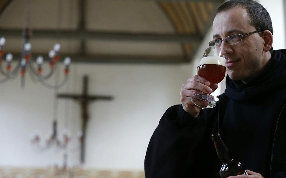 Ευλόγησον την μπύρα. Ο μοναχός Benoit γεύεται τα αρώματα πριν πιει μια γουλιά από την μπύρα που παράγει το Αβαείο των Βενεδικτίνων. Το Saint-Wandrille-Rancon στην νοτιοδυτική Γαλλία παράγει την δική του μπύρα αναβιώνοντας μια γνώση παραγωγής που είχε εξαφανιστεί στην Γαλλία. AFP / Charly TRIBALLEAU