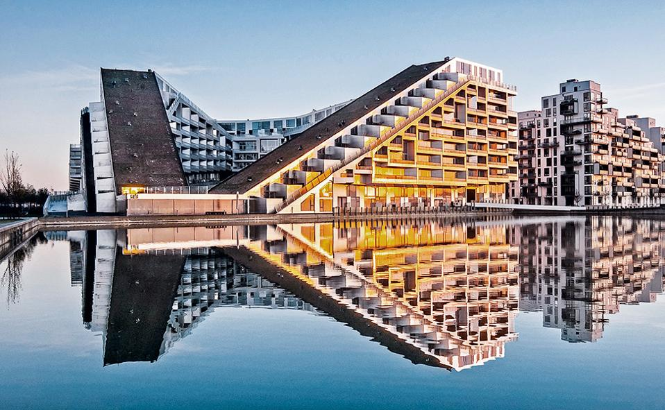 To συγκρότημα 8Tallet καθρεφτίζεται σε ένα από τα κανάλια του Oerestad. (Φωτογραφία: Bjarne Tulinius)