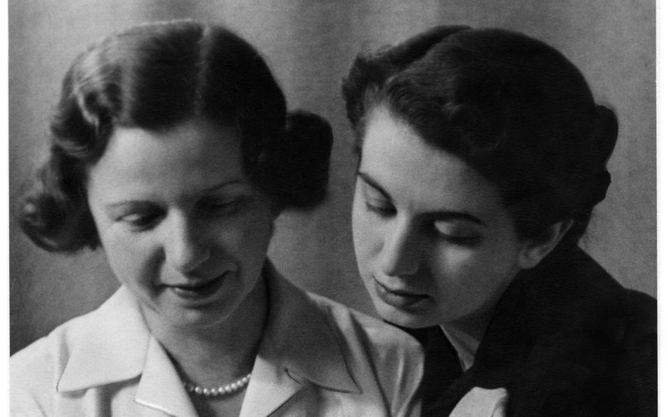 Με την κόρη της Λήδα Κροντηρά (Μπούλη, το χαϊδευτικό της), που από μικρή συμμετείχε σε παραστάσεις και εκπομπές.