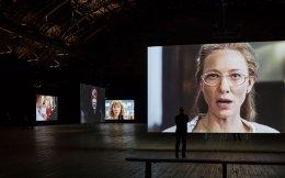 Σε δεκατρείς μεγάλες οθόνες, στο Park Avenue Armory της Νέας Υόρκης, υπό τις σκηνοθετικές οδηγίες του Τζούλιαν Ρόζεφελντ, η Κέιτ Μπλάνσετ μεταμορφώνεται σε... καλλιτεχνικά μανιφέστα μαγεύοντας το κοινό.