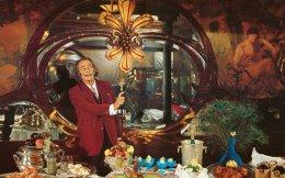 Ο Σαλβαδόρ Νταλί μπροστά σε έναν... θηριώδη μπουφέ με φασιανούς, τόνους λαχανικών, κρεάτων και θαλασσινών και λαχταριστά γλυκά. Ο κόσμος του φαγητού ιδωμένος με τη σουρεαλιστική ματιά του – μια ωδή στην απόλαυση.