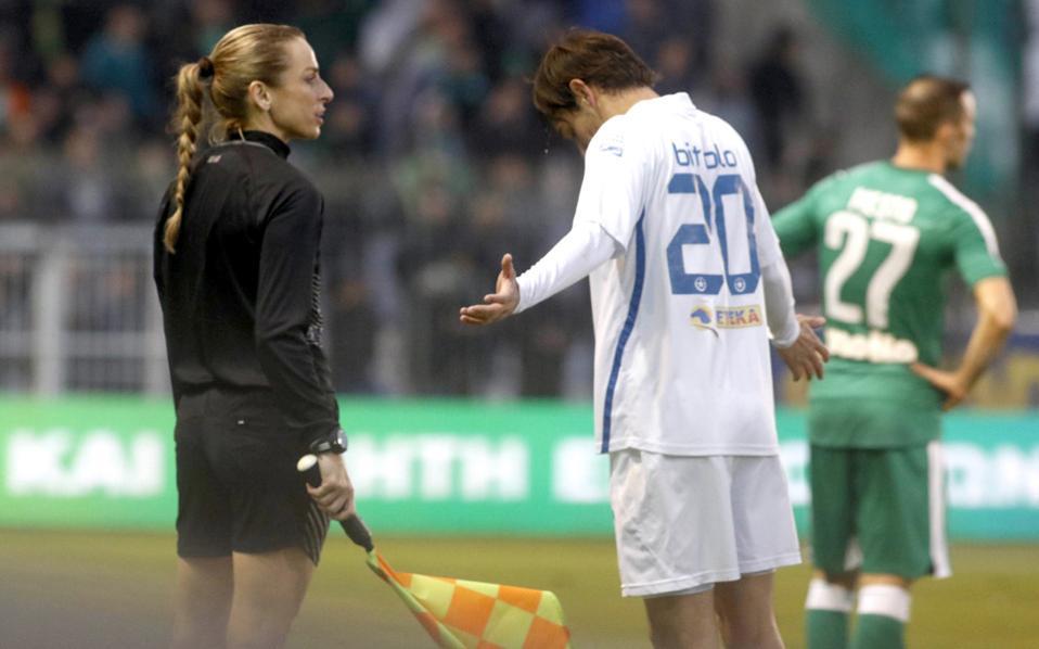 H FIFA έχει στις λίστες της συνολικά 720 γυναίκες διαιτητές, από τις οποίες οι 324 είναι πρώτες και οι 396 βοηθοί, όμως η γυναικεία διαιτησία σε ποδοσφαιρικούς αγώνες ανδρών δεν έχει γίνει αποδεκτή παντού. Από τις 209 εθνικές ομοσπονδίες οι 60 δεν τις χρησιμοποιούν. Στη φωτογραφία, η Ελληνίδα Χρ. Κουρομπίλια.