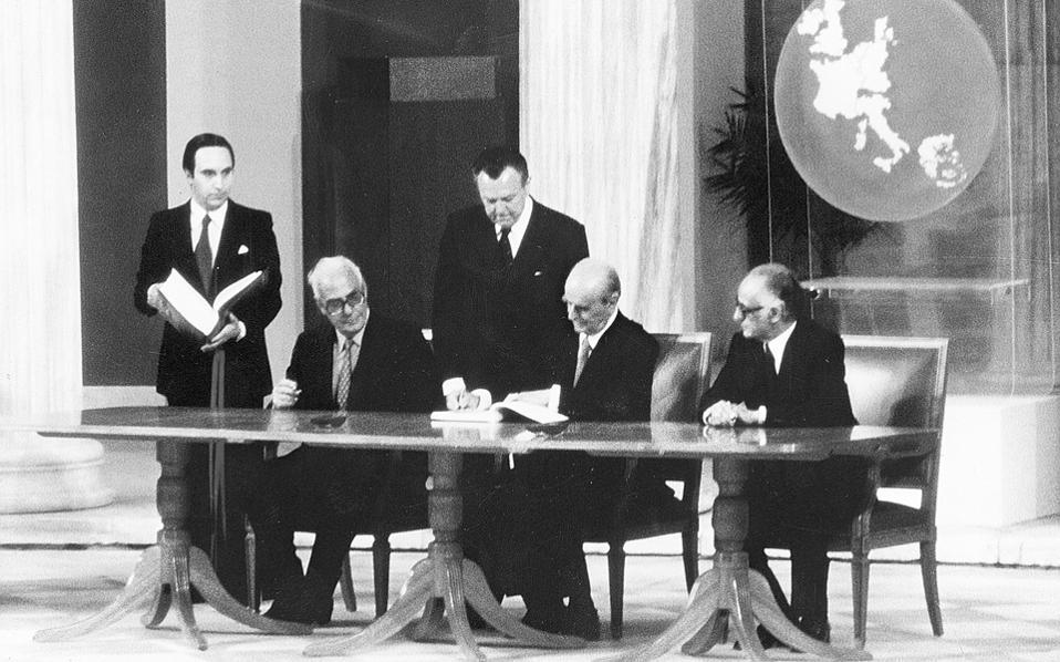 Ο Ελληνας πρωθυπουργός Κωνσταντίνος Καραμανλής το 1979, υπογράφει στο αίθριο του Ζαππείου τη Συνθήκη Προσχώρησης της Ελλάδας στην ΕΟΚ.