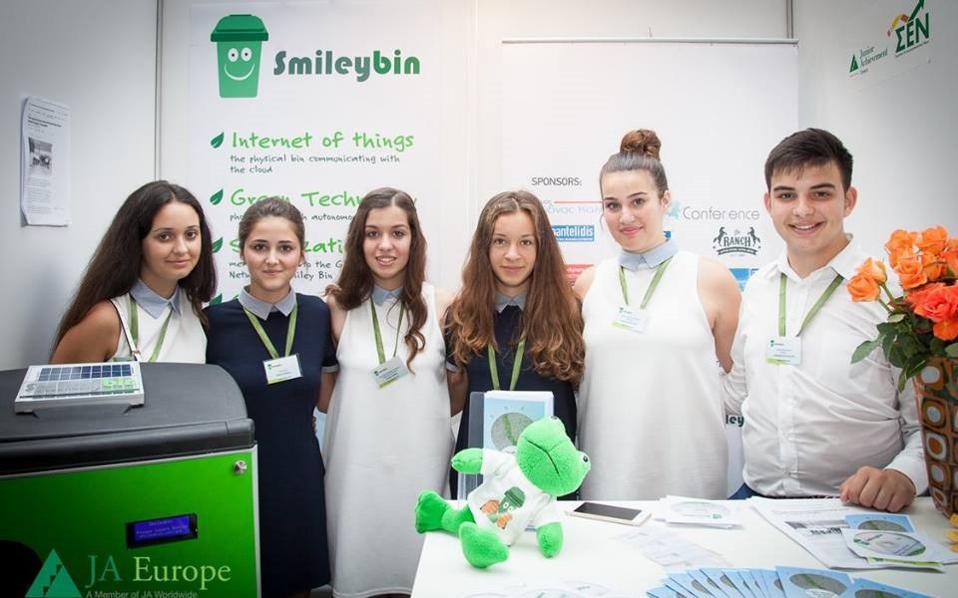 Επάνω, η ομάδα από τα Αλώνια Πιερίας που είχε ξεχωρίσει στον περυσινό διαγωνισμό με τον πρωτοποριακό κάδο ανακύκλωσης «Smileybin».