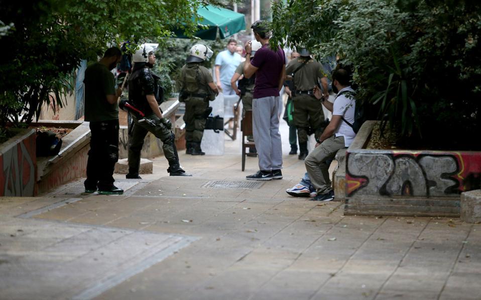 Αστυνομικές δυνάμεις στα Εξάρχεια. Eδώ και καιρό, αντίπαλες ομάδες διακίνησης ναρκωτικών, κυρίως αλβανικής καταγωγής, βρίσκονται σε πόλεμο για τον έλεγχο της περιοχής.