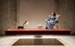Η Ναταλία Τσαλίκη σε μια σκηνή από την παράσταση «Φλόρενς Φόστερ Τζένκινς» σε σκηνοθεσία Γιάννου Περλέγκα.