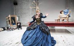 Η Ναταλία Τσαλίκη στο έργο του Στέφεν Τέμπερλεϊ «Φλόρενς Φόστερ Τζένκινς - Ενθύμιο» στο θέατρο «Θησείον», σε σκηνοθεσία του Γιάννου Περλέγκα.