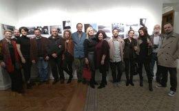 H αναμνηστική φωτογραφία από τα εγκαίνια της έκθεσης «Mατιές» στην «Image Gallery». Xαμόγελα από τους 12 φωτογράφους που συμμετείχαν με τους επιμελητές τους, τον Tάσο Bενετσανόπουλο, δεξιά, και τον Hλία Kοσίντα στο κέντρο. (H φωτογραφία είναι από βίντεο.)