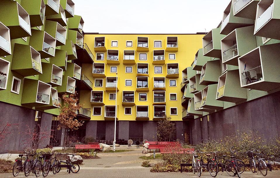 Ενας οίκος ευγηρίας με χρώμα και παιχνιδιάρικο σχεδιασμό από τους JJW Arkitekter. (Φωτογραφία: ΜΑΡΙΑ ΚΩΒΑΙΟΥ)