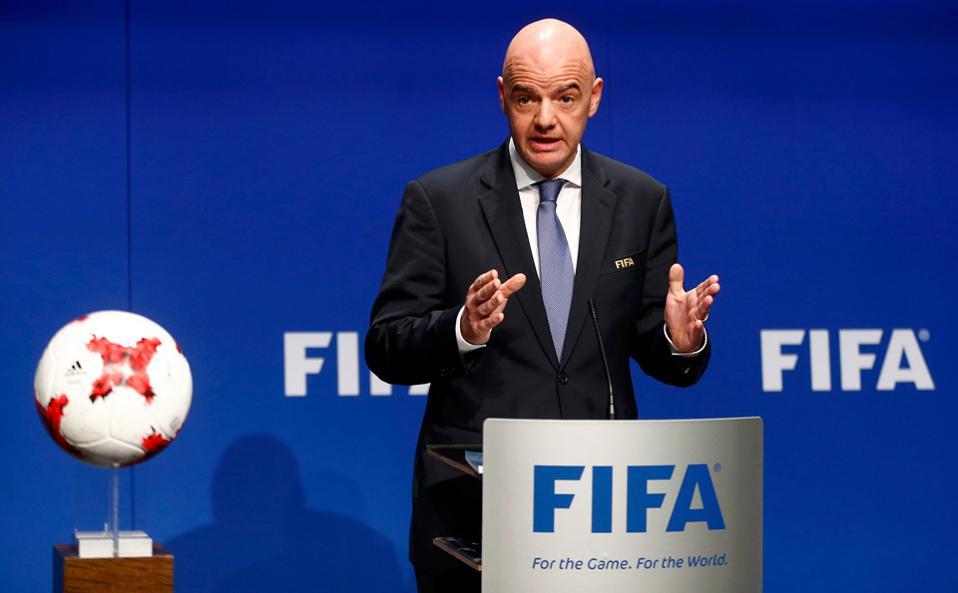 Ο Μέντες έχει γίνει πλέον φίλος του εικονιζόμενου Ινφαντίνο, όμως στην προϊστορία του Πορτογάλου θα θυμηθούμε την υπόθεση των λεγόμενων Football Leaks, με τη φοροδιαφυγή δεκάδων εκατομμυρίων ευρώ κορυφαίων πελατών του διά της απόκρυψης εισοδημάτων σε εξωχώριες τράπεζες.