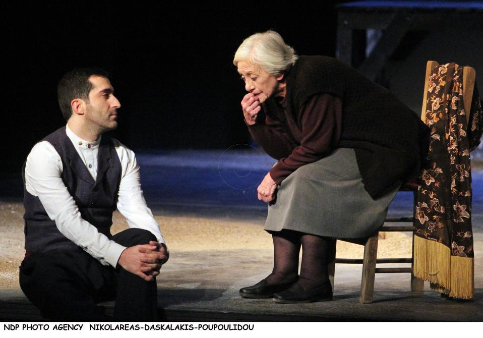 Δέσποινα Μπεμπεδέλη και Ζαχαρίας Καρούνης σε στιγμιότυπο από την παράσταση «Φιλιώ Χαϊδεμένου - Ενθύμιο».