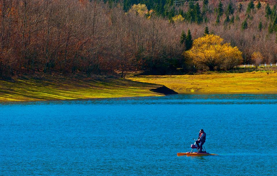 Βόλτα με υδροποδήλατο στα ήσυχα νερά της λίμνης. (Φωτογραφία: ΚΛΑΙΡΗ ΜΟΥΣΤΑΦΕΛΛΟΥ)