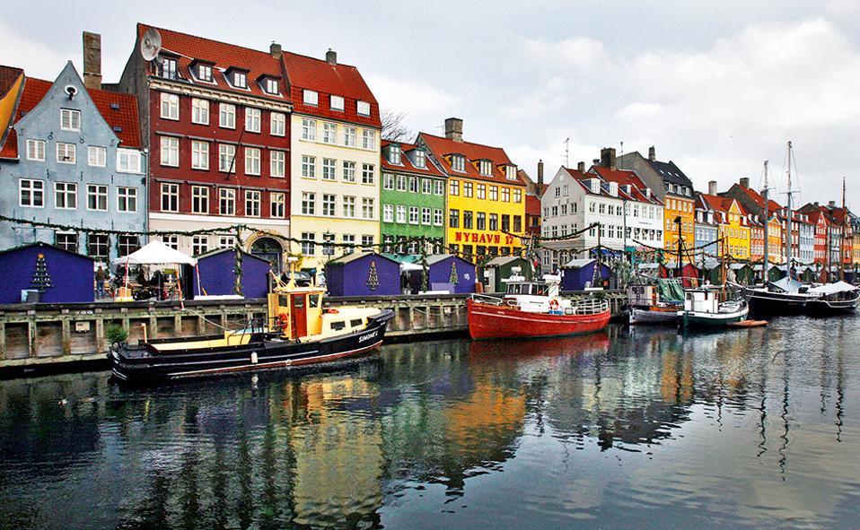 Μπορεί η Κοπεγχάγη να έχει το βλέμμα στραμμένο στο μέλλον, όμως το Nyhavn του 17ου αιώνα αποτελεί σταθερή αξία. (Φωτογραφία: REUTERS/Bob Strong)