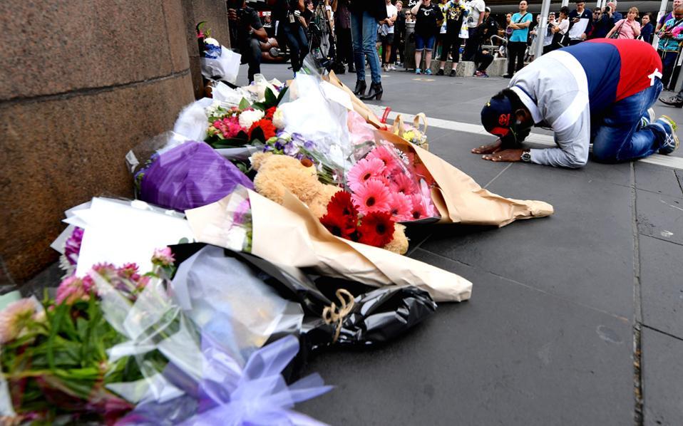 Κόσμος συγκεντρώθηκε στην Πλατεία Ομοσπονδίας για να αποτίσει φόρο τιμής στα θύματα