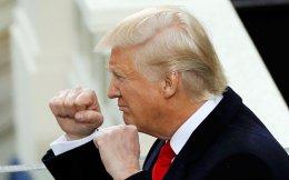 Ο Ντόναλντ Τραμπ, λίγο μετά την ορκωμοσία του στο αξίωμα του 45ου προέδρου των Ηνωμένων Πολιτειών, το μεσημέρι της Παρασκευής στο Καπιτώλιο, παίρνει θέση μάχης. Στην ομιλία του προς το έθνος, είπε ότι κάθε πτυχή της πολιτικής του θα υπακούει στο δόγμα «πρώτα η Αμερική».
