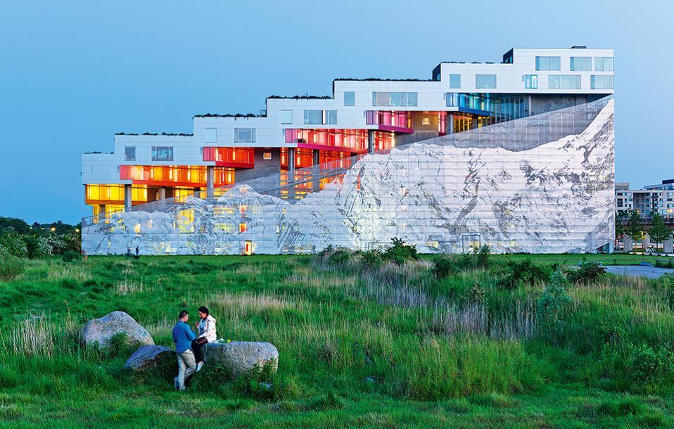 Η πολυκατοικία VM Bjerget συνδυάζει τη φύση με το αστικό ντιζάιν. (Φωτογραφία: Iwan Baan)