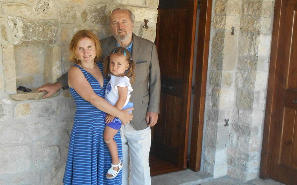 Τρεις γενιές της οικογένειας Γκατζογιάννη: ο Νίκος Γκατζογιάννης, η κόρη του Ελένη Γκέιτζ Μπαλτοντάνο και η εγγονή του, κόρη της Ελένης, Αμαλία. Πίσω τους, η πόρτα του πατρικού όπου έζησε και βασανίστηκε η Ελένη. Την ανακαίνιση του σπιτιού επέβλεψε η Ελένη Γκέιτζ, εμπειρία που μετέφερε στο βιβλίο της «Βόρεια της Ιθάκης».