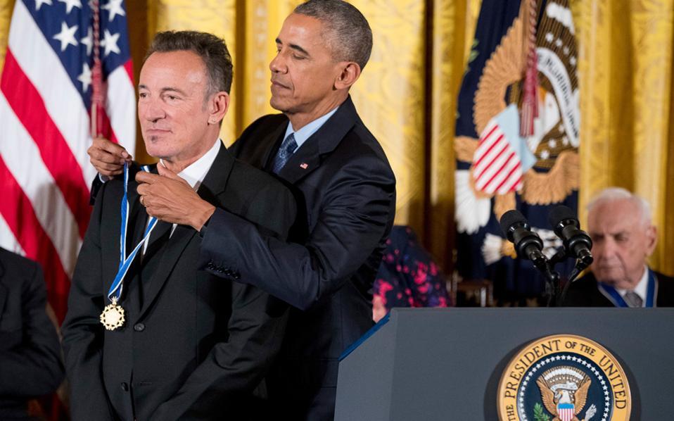 Κατά τη διάρκεια της θητείας του, ο Μπαράκ Ομπάμα βράβευσε μια πλειάδα συγγραφέων από τον Φίλιπ Ροθ και την Ιζαμπέλ Αλιέντε μέχρι τον Στίβεν Κινγκ και τον Τομπάιας Γουλφ, καθώς επίσης και μουσικούς. Στη φωτογραφία, βραβεύει τον Μπρους Σπρίνγκστιν.