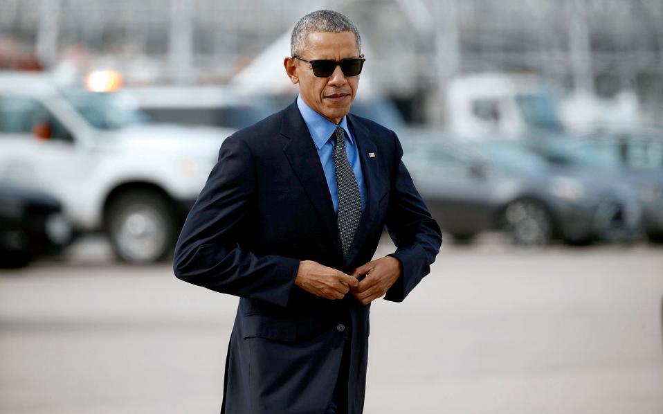 Ηρεμη σιγουριά. Ο Μπαράκ Ομπάμα κουμπώνει το σακάκι του καθώς ανεβαίνει στο Air Force One τον Φεβρουάριο του 2016.